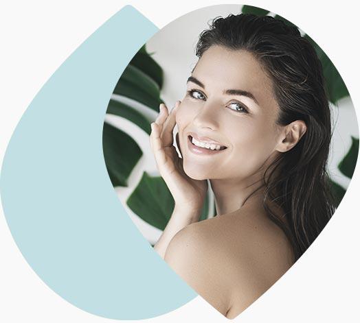 Visage d'une jeune femme souriante