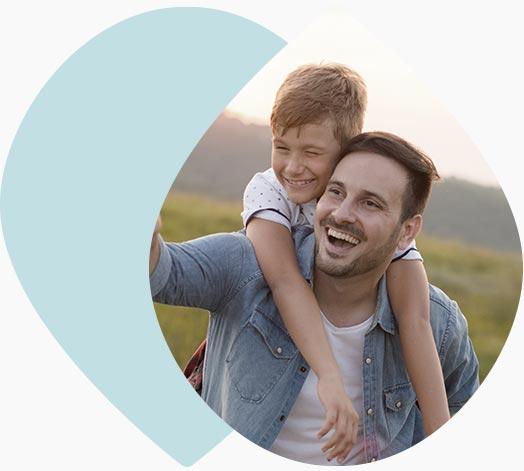 Jeune papa portant son fils sur les épaules