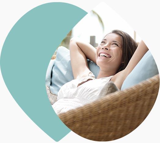 Jeune femme détendue sur un divan