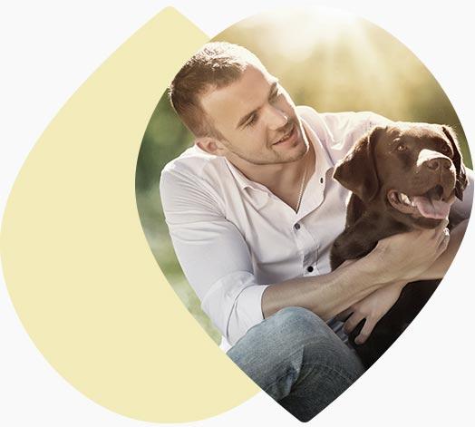Jeune homme et son chien en nature
