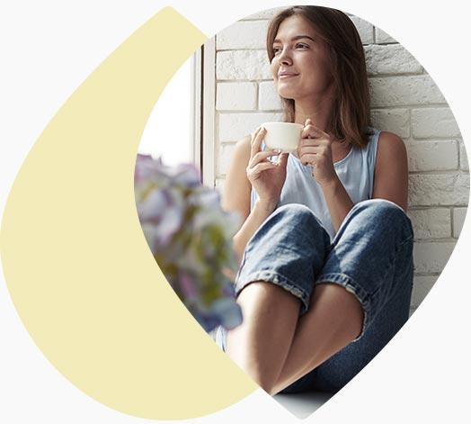 Jeune femme assise qui se détend