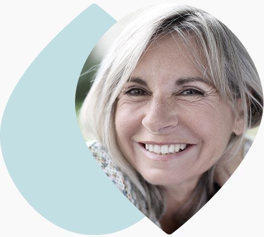 Femme d'age mûr souriante