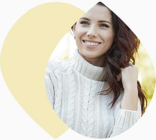 Jeune femme souriante à la campagne