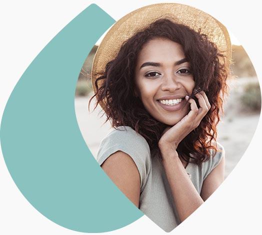 Jeune femme souriante à la plage