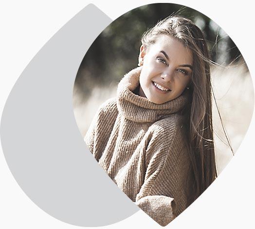 Jeune femme souriante debout dans un champs de blé