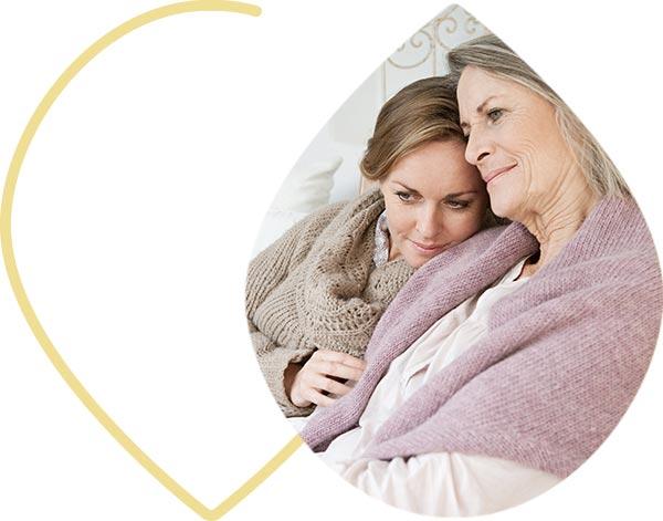 Une mère et sa fille sur un divan