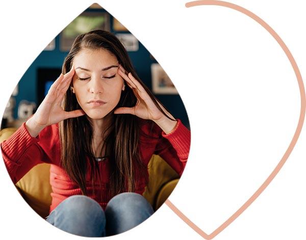 Jeune femme en pleine réflexion