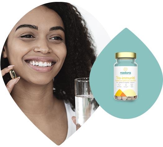 Jeune femme consommant un complexe vitaminé